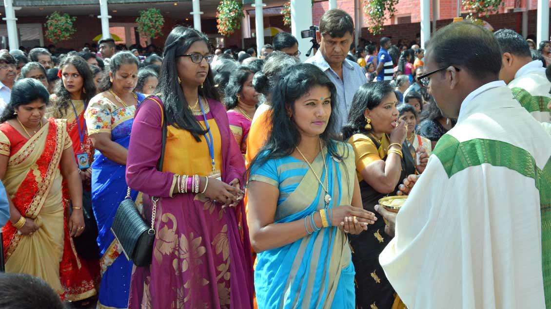 Viele Tamilen trugen traditionelle Kleidung.