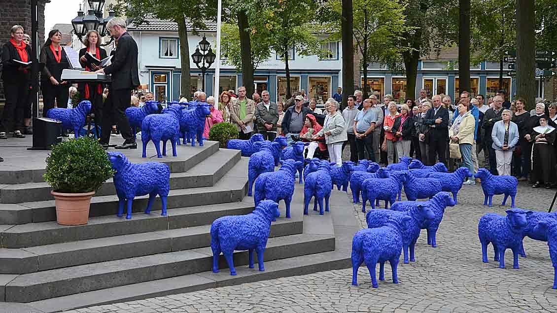 Mit den blauen Schafen vor der Basilika setzte die vierte Interreligiöse Friedenwallfahrt in Kevelaer ein deutliches Zeichen.