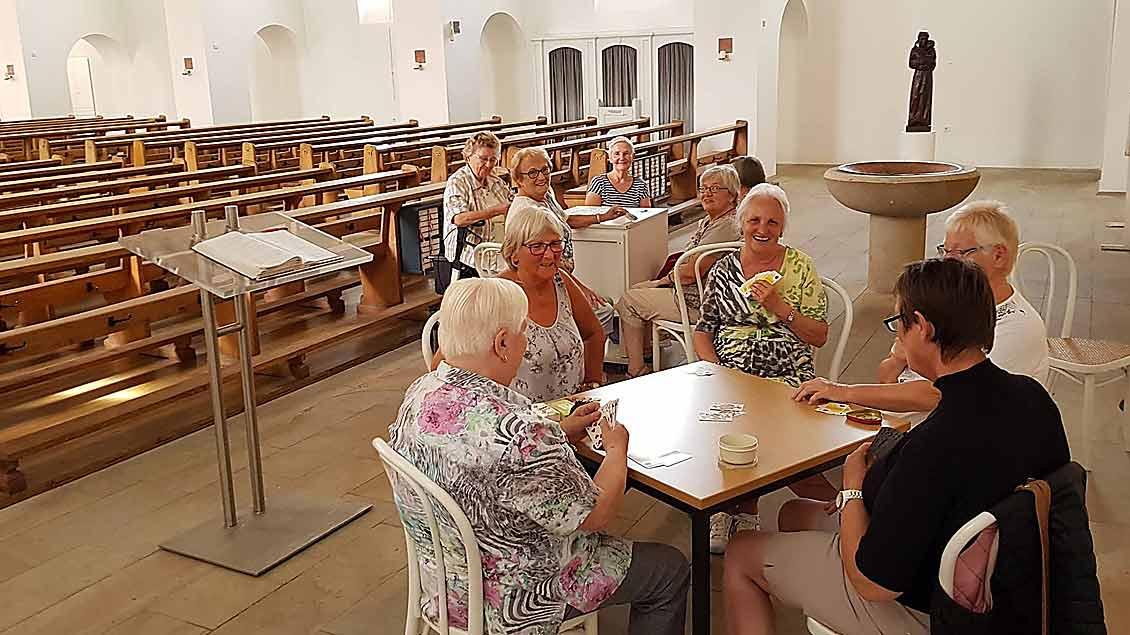 In der Kirche St. Ludwig ist es wenigstens schön kühl: Die Karten-Frauen der Pfarrgemeinde Heilig Kreuz Ibbenbüren zocken um den besten Stich.