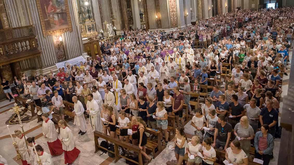 Messe mit Ministranten und drei Weihbischöfen