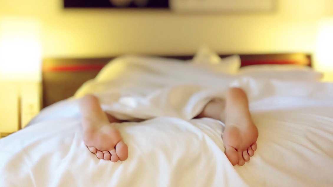 Ob es sich in christlichen Betten besser schläft? Sebastian Tacke, Hotelier aus Stralsund, hat eine Antwort darauf.