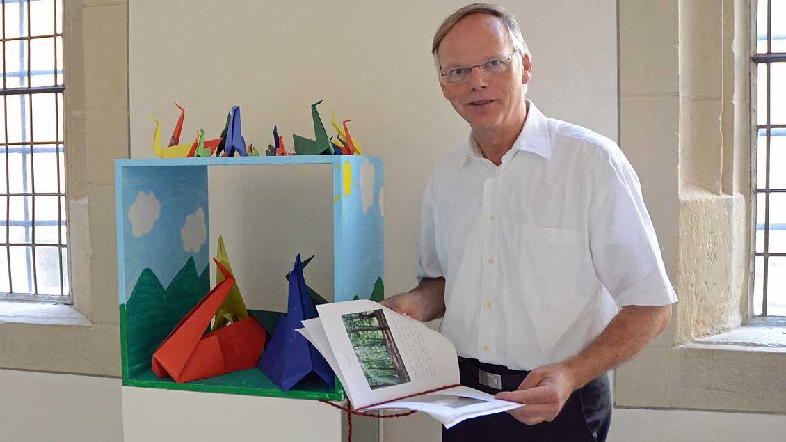 Domkapitular Klaus Winterkamp in der Ausstellung im Kreuzgang.