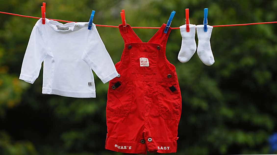 Kinderkleidung auf der Wäscheleine.