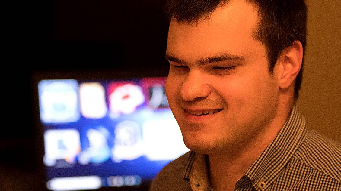 Der von Geburt an blinde Daniel Dudek spielt in einem Kinospot der jungen Selbsthilfe des Landescaritasverbandes Oldenburg mit.