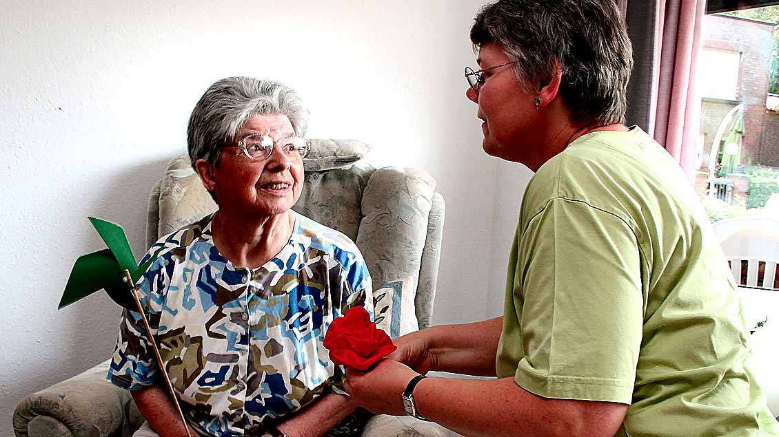 Alte und kranke Menschen zu betreuen, ist keine leichte, aber auch erfüllende Aufgabe.