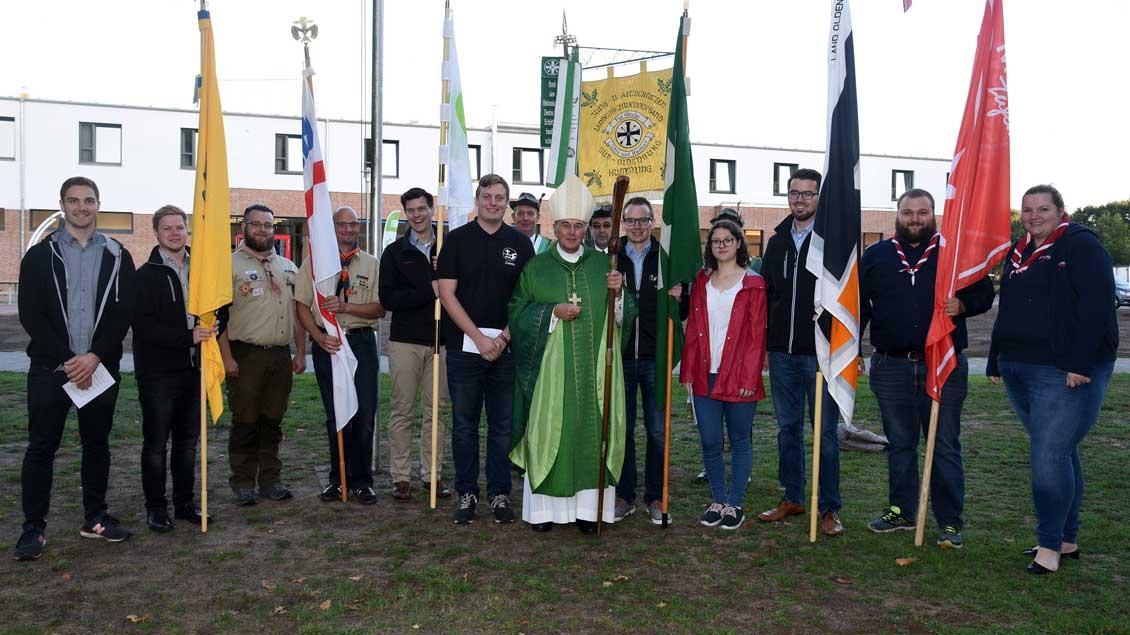 Bischof Felix Genn mit den Bannerabordnungen der BDKJ-Verbände vor dem neuen Seminarbau.