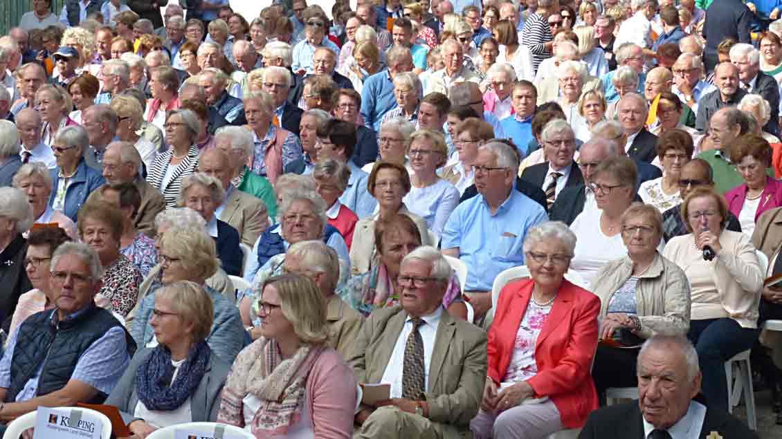 Zum Festgottesdienst mit Weihbischof Wilfried Theising füllte sich nach und nach der Festplatz.