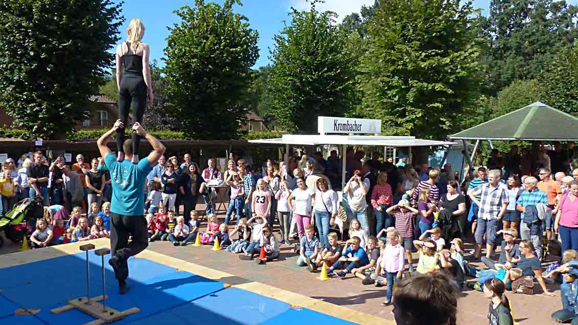Eine Zirkustruppe begeisterte im Rahmenprogramm Kinder und Eltern.