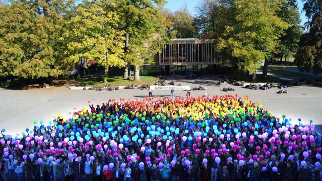 600 Schüler demonstrierten am Ordens-Gymnasium Mariengarden in Borken-Burlo mit Ballons in Regenbogenfarben für ihren homosexuellen Lehrer. Foto: Christian Ertner / www.gymnasium-mariengarden.de