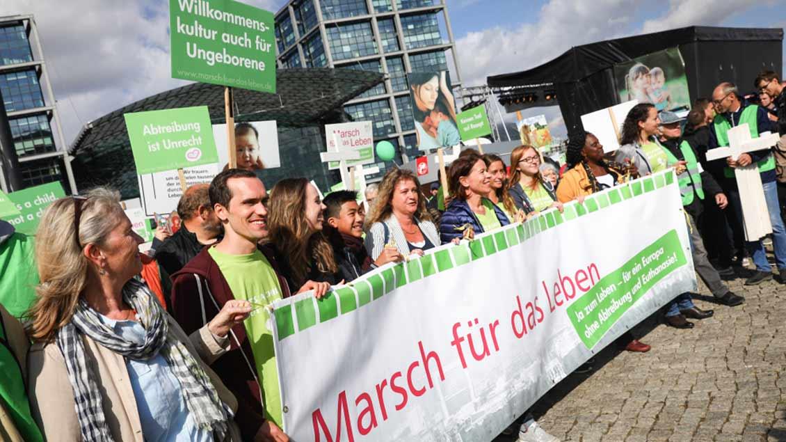 """Mehrere tausend Menschen demonstrierten beim 14. Berliner """"Marsch für das Leben"""" gegen Abtreibung und aktive Sterbehilfe."""