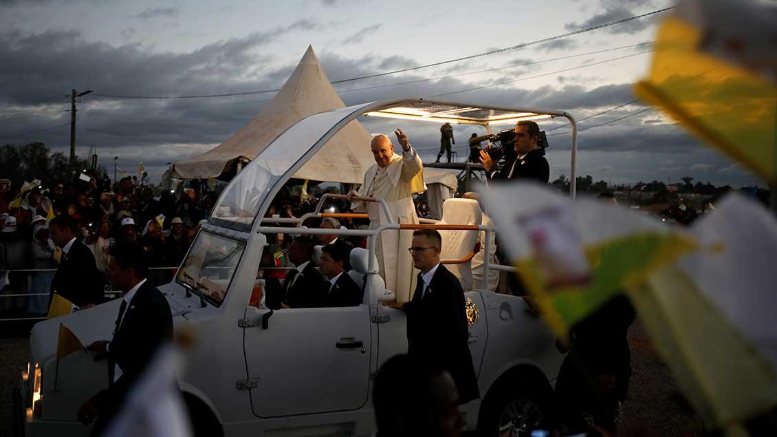 Papst Franziskus im Papamobil