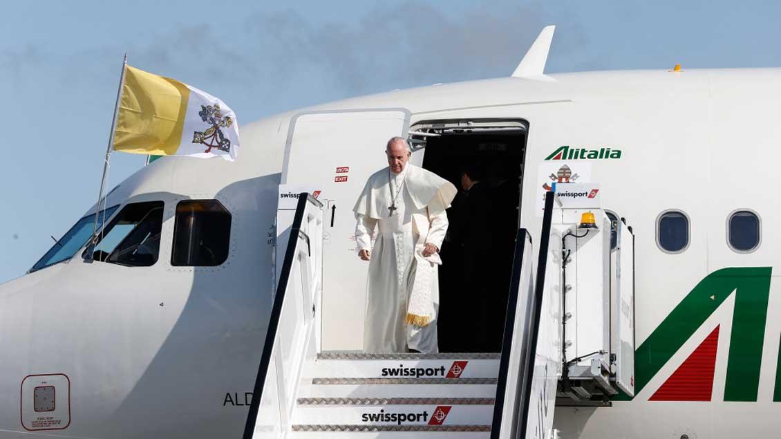 Papst Franziskus steigt aus dem Flugzeug aus.