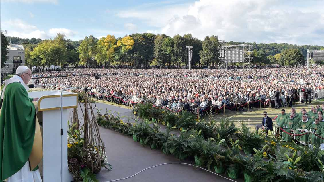 Papst Franziskus feiert im Santakos-Park in Kaunas, Litauen, den Sonntagsgottesdienst.