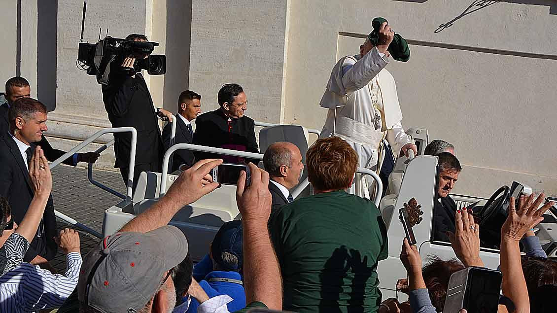 Guter Wurf und guter Fang: Papst Franziskus mit dem grünen T-Shirt der Marienschule aus Cloppenburg.