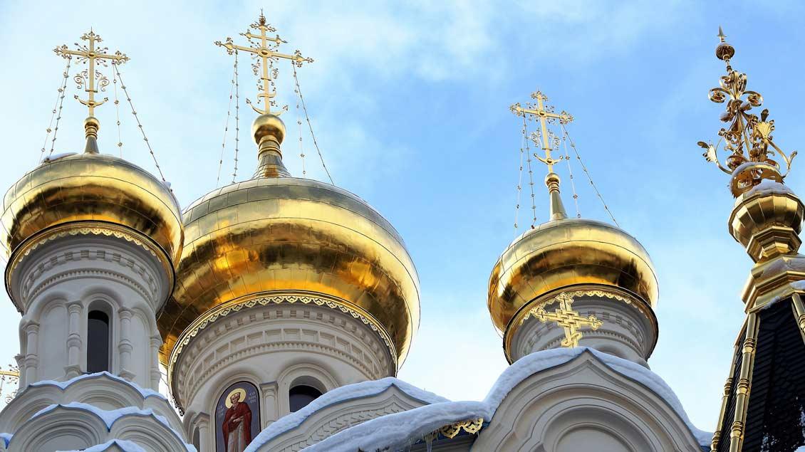 Türme einer russisch-orthodoxen Kirche