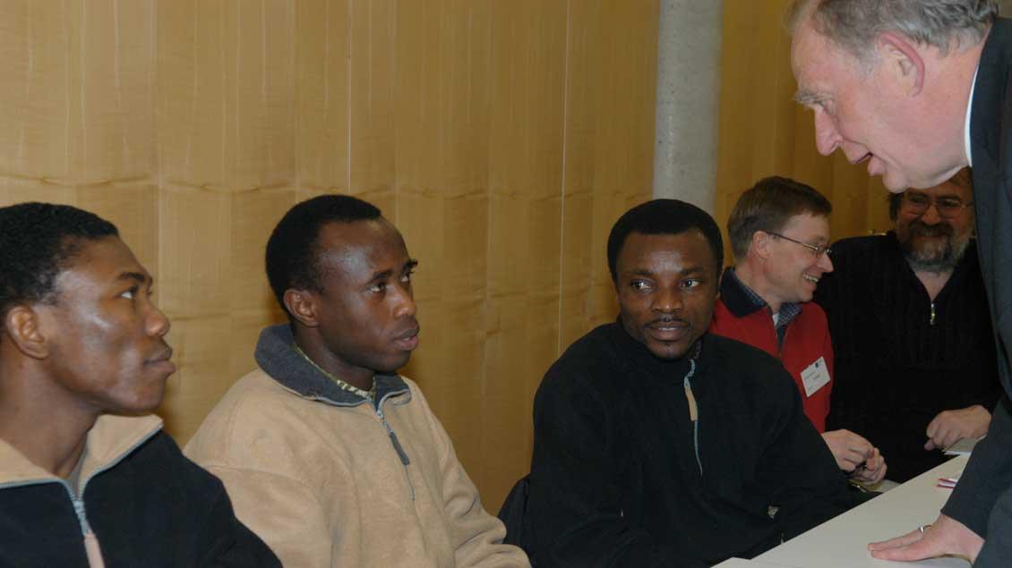 Im Gespräch mit afrikanischen Flüchtlingen.