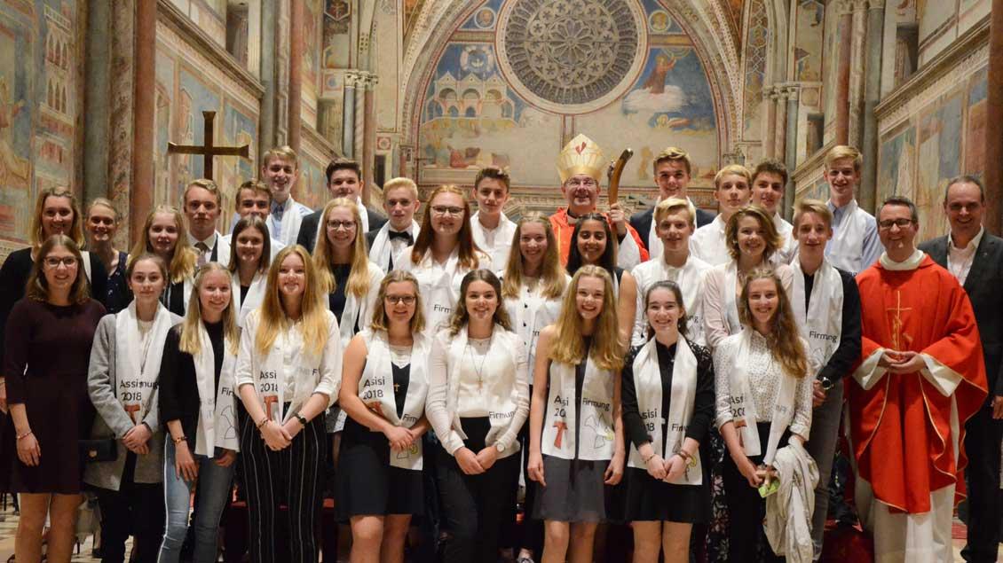 Großes Erlebnis für die Firmlinge - hier die Gruppe aus Emsdetten: der Empfang der Firmung durch Weihbischof Christoph Hegge in der Basilika San Francesco in Assisi.