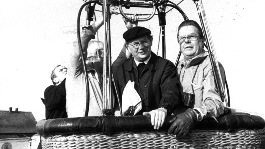 Bodenständig auch bei einer Ballonfahrt: Weihbischof Friedrich Ostermann.