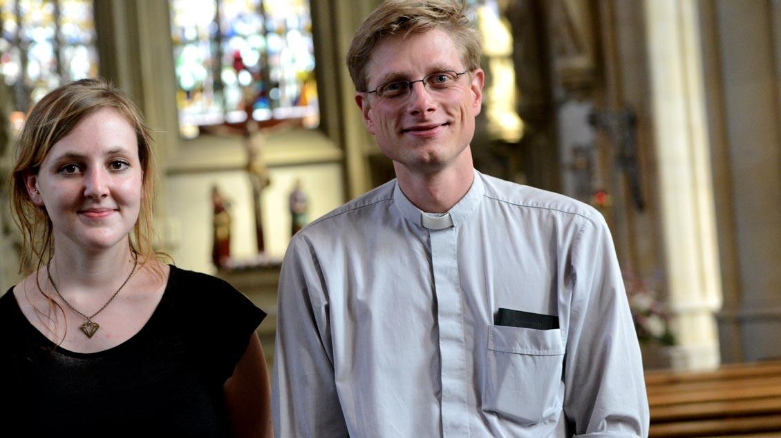 """Kaplan Franziskus von Boeselager wurde über das Bistum Münster hinaus durch das Projekt """"Valerie und der Priester"""" bekannt. Die Journalistin Valerie Schönian (links) begleitete den Priester von Mai 2016 bis Mai 2017 mit einem Blog bei seiner Arbeit."""