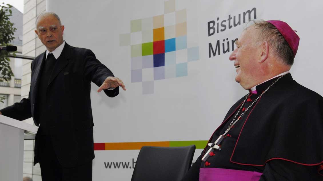 Mit Bischof Reinhard Lettmann (+ 2013), der ihn 1981 zum Weihbischof in Münster weihte.