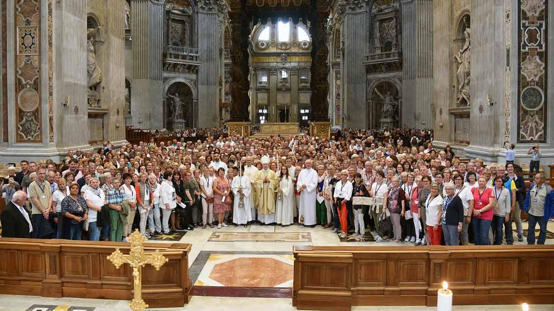 Gruppenbild nach der Messe in der Apsis des Petersdoms. | Foto: Ludger Heuer (BMO)