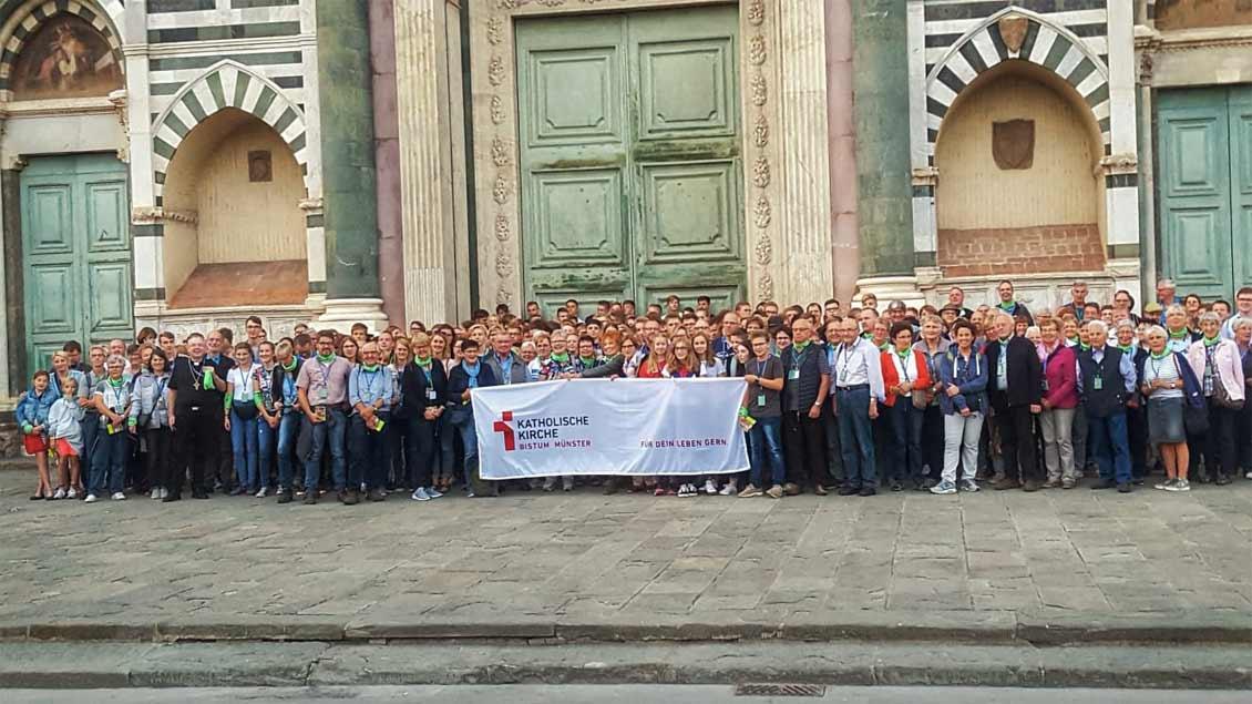 317 Jugendliche und Erwachsene aus der Region Borken-Steinfurt sind mit Weihbischof Christoph Hegge in Florenz angekommen. Foto: Sven Schoppmann