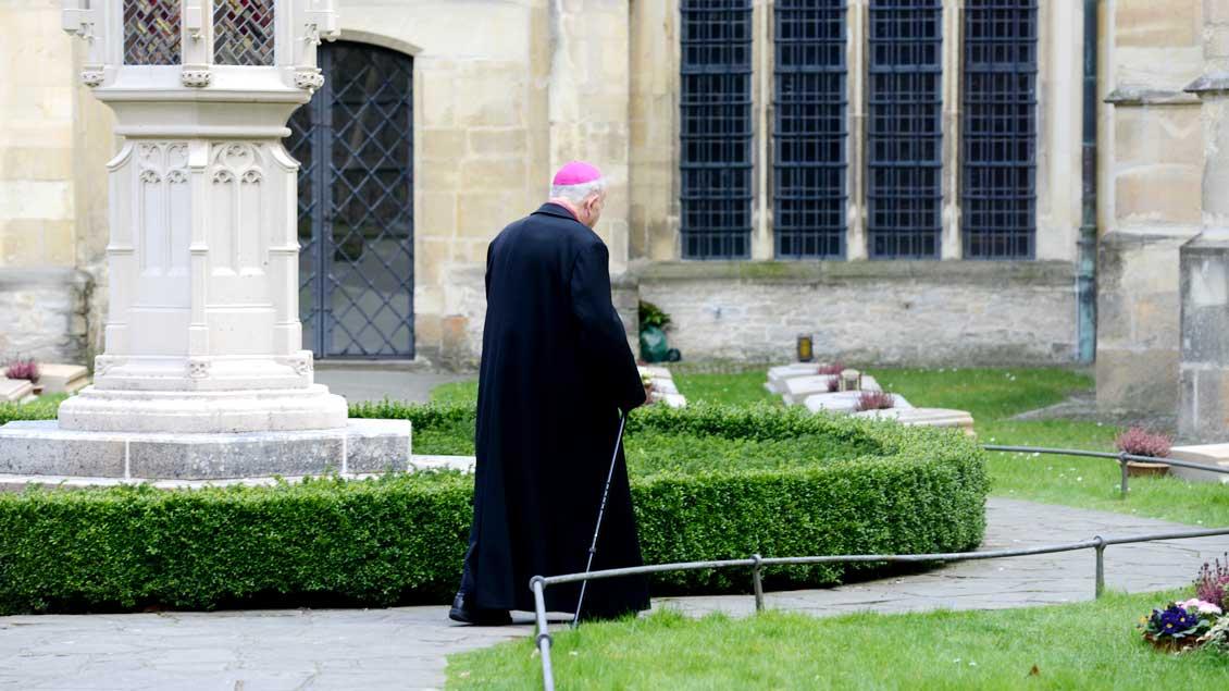 Gang über den Domherrenfriedhof 2016, auf dem Weihbischof Friedrich Ostermann nun selber zur letzten Ruhe gebettet werden wird.