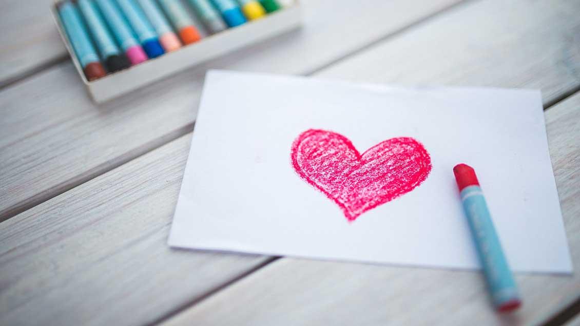 Herz mit Buntstift.