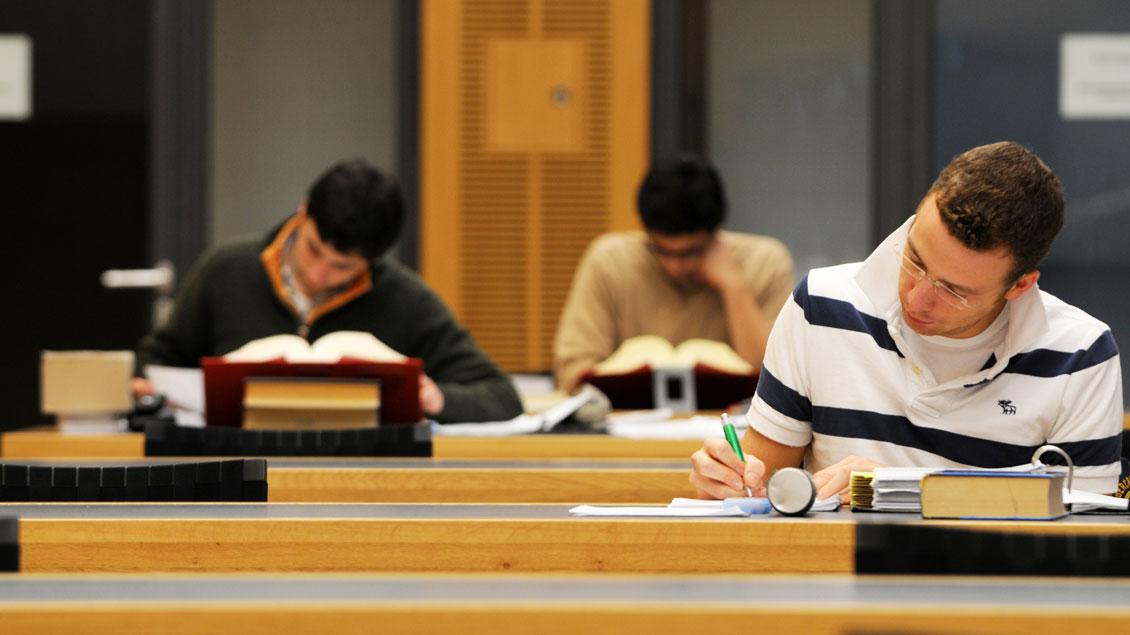 Für die Erstsemester gehört das Lernen in der Diözesanbibliothek Münster dazu.