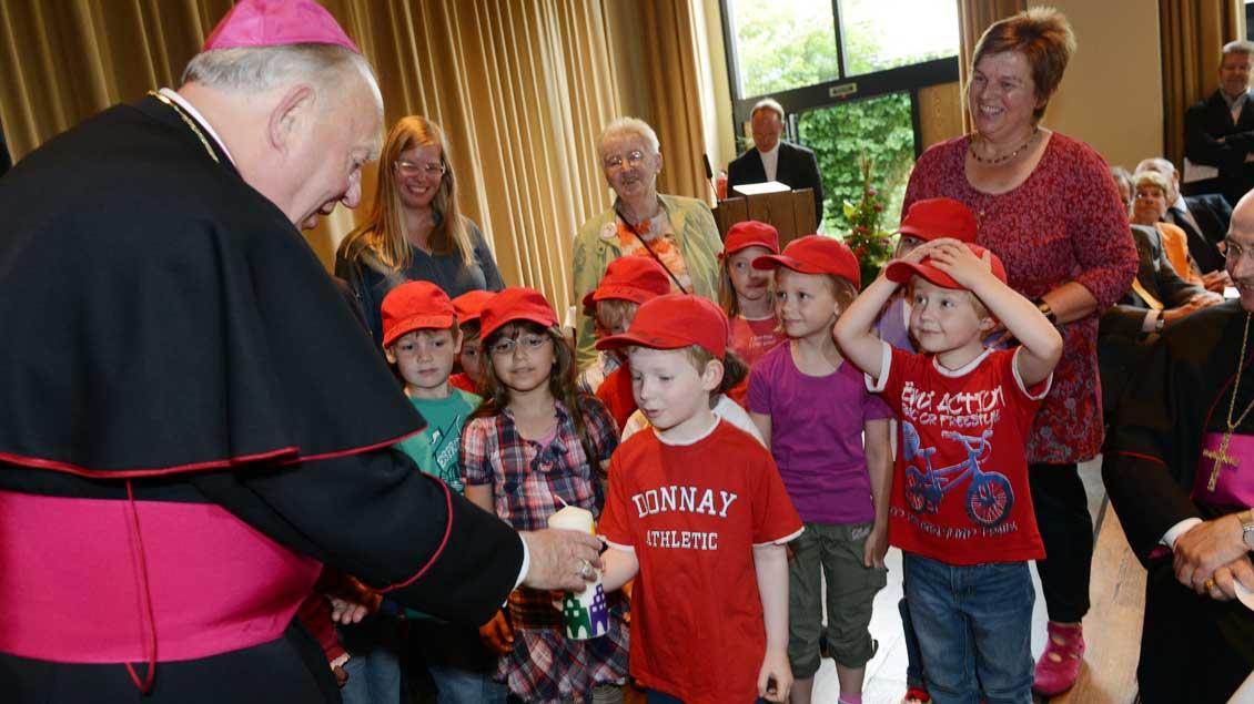 Kleine Gratulanten beim 80. Geburtstag von Weihbischof Friedrichs Ostermann 2012.