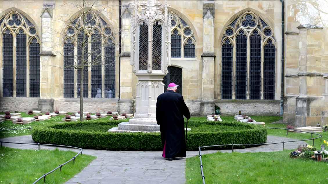 Weihbischof Friedrich Ostermann 2016 auf dem Domherrenfriedhof in Münster. Dort wird nun auch er zur letzten Ruhe gebettet.