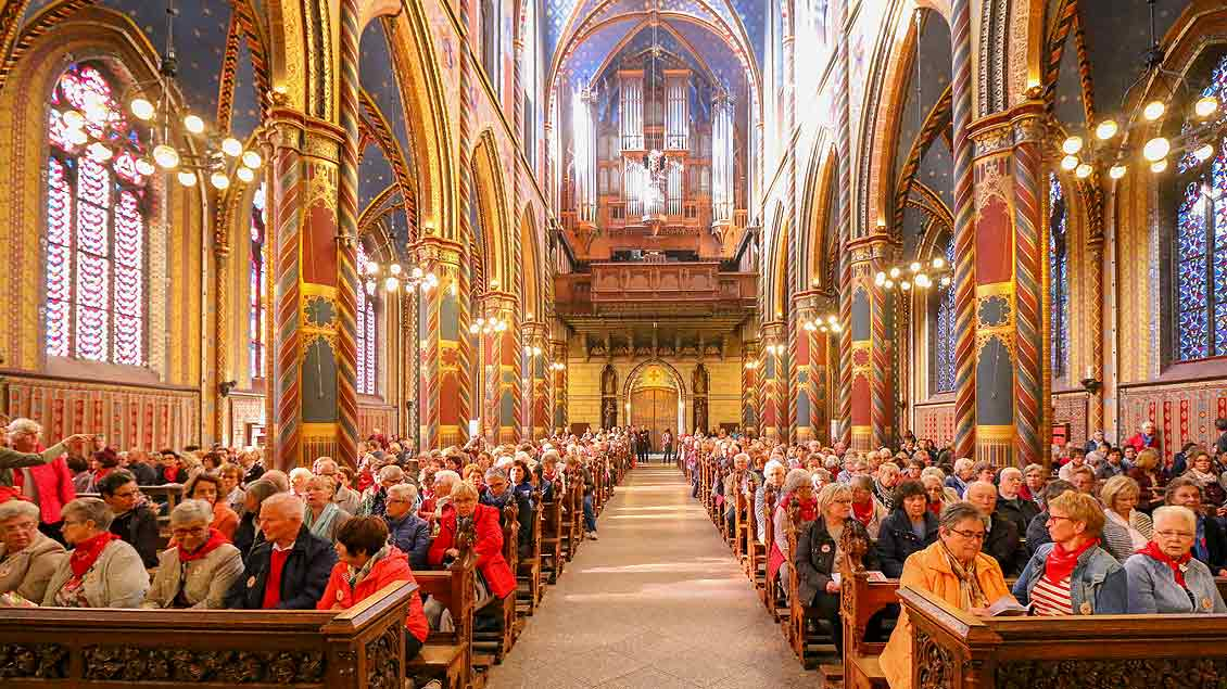 Zum Auftakt der erste Caritas-Wallfahrt  versammelten sich die knapp 800 Mitarbeiter in der Basilika zur Pilgermesse mit Domkapitular Josef Leenders.