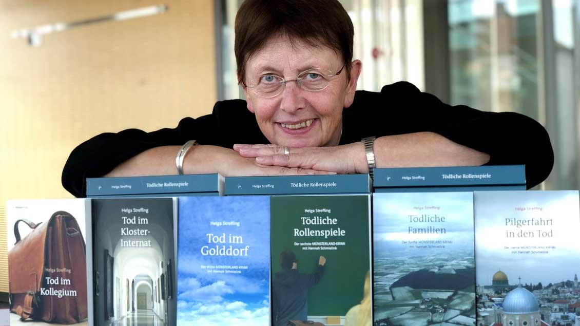 Helga Streffing (62) mit ihren sechs Münsterland-Krimis. Im richtigen Leben ist sie Lehrerin am Bischöflichen Berufskolleg in Rheine.