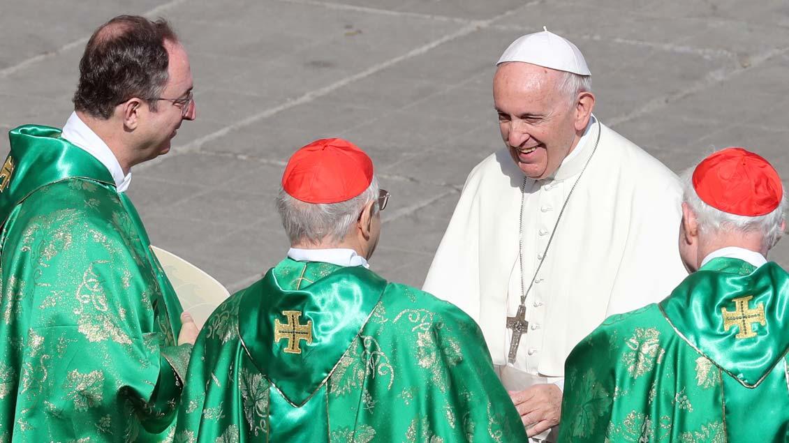 Papst Franziskus im Gespräch mit einigen Kardinälen auf dem Petersplatz. Dort hat er mit einem Gottesdienst die Weltbischofssynode über die Jugend eröffnet. Foto: Tony Gentile (Reuters)
