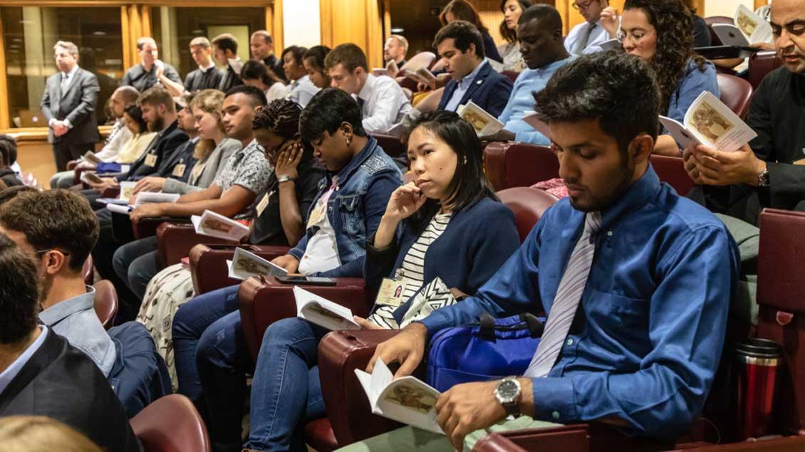 Jugendliche Synodenteilnehmer in der Audienzhalle im Vatikan.