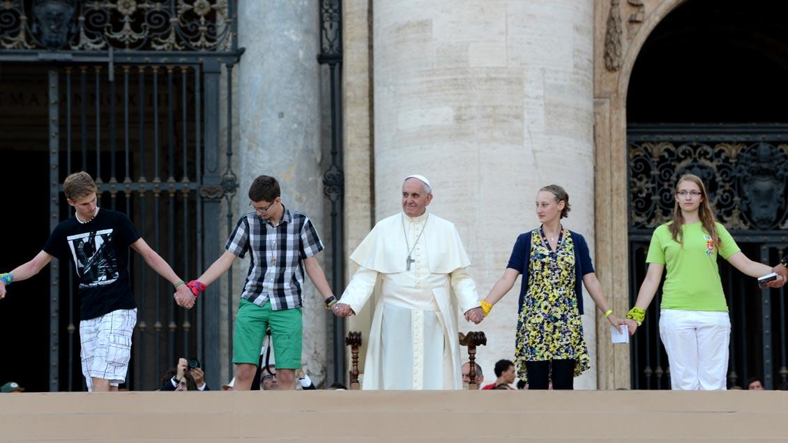 """""""Jugend, Glaube und Berufungsunterscheidung"""" ist das Thema der Bischofssynode, zu der Papst Franziskus nach Rom eingeladen hat. Unser Bild zeigt ihn mit Jugendlichen auf dem Petersplatz während der Ministrantenwallfahrt 2014."""