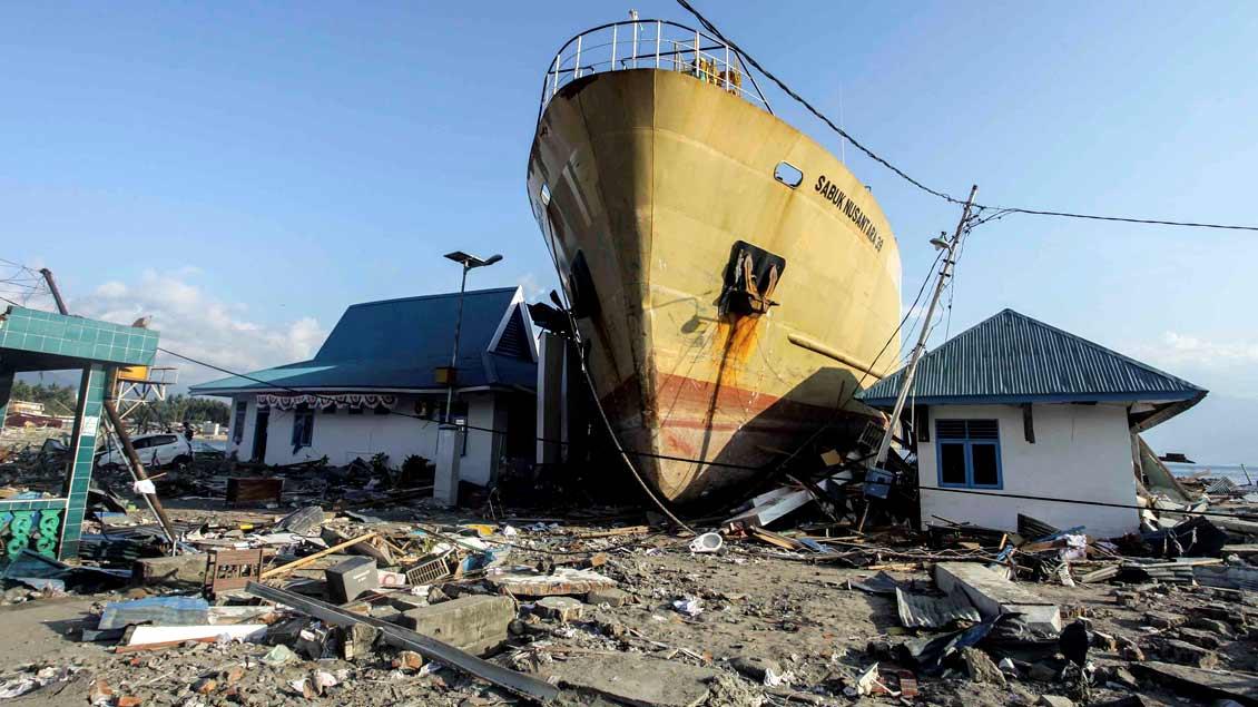 Wie stark das Erdbeben und der Tsunami in Indonesien war, zeigt dieses Schiff auf Zentral-Sulawesi, das zwischen die Häuser gespült wurde.