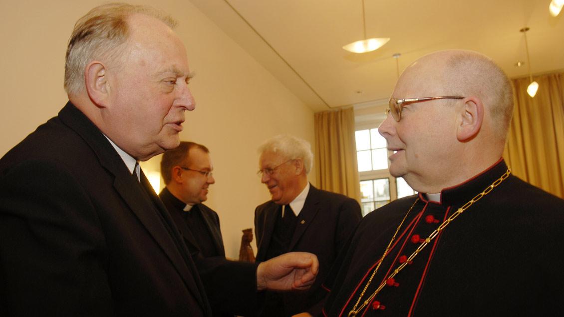 Weihbischof Friedrich Ostermann mit dem 2009 verstorbenen Münsteraner Weihbischof Josef Voß (rechts).