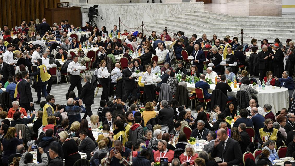 Papst Franziskus aß gemeinsam mit Armen. Foto: Cristian Gennari/Romano Siciliani/KNA