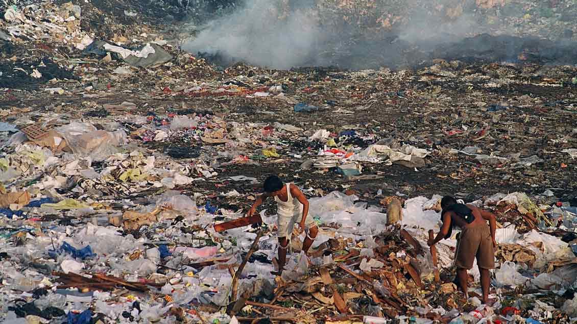 Menschen auf einer Müllhalde in der philippinischen Großstadt Cebu.