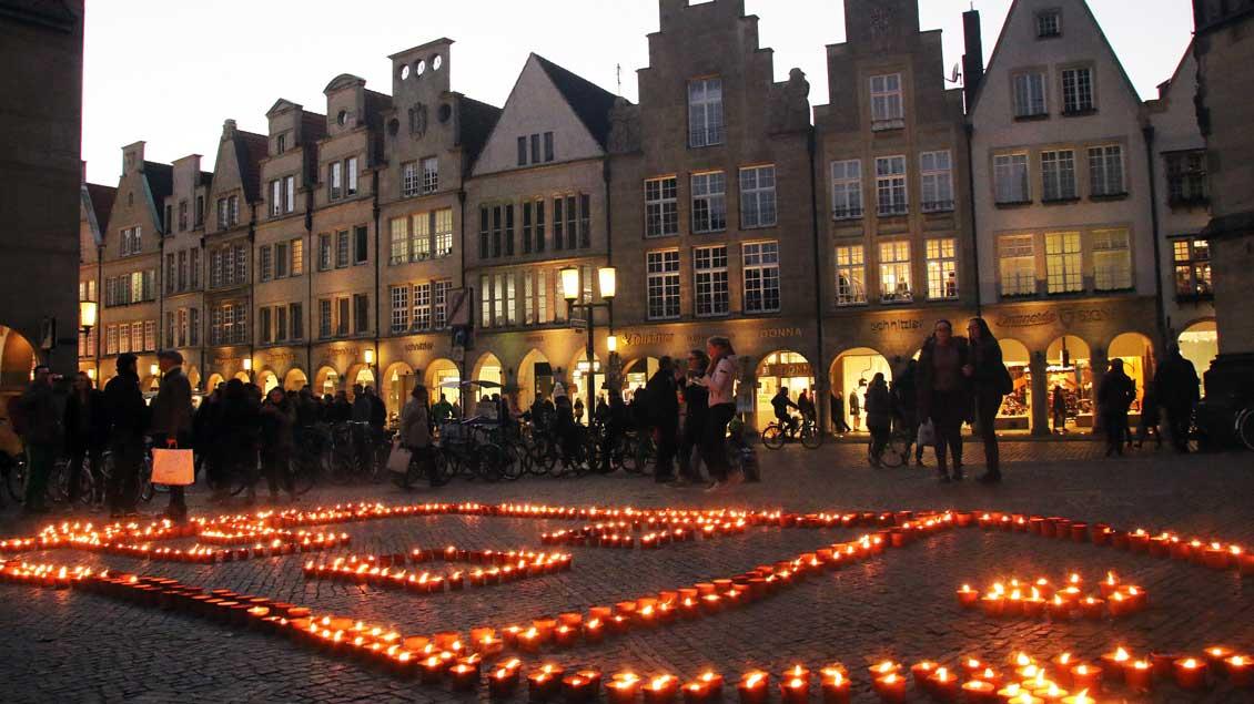 Kerzen auf dem Lamberti-Kirchplatz in Münster.