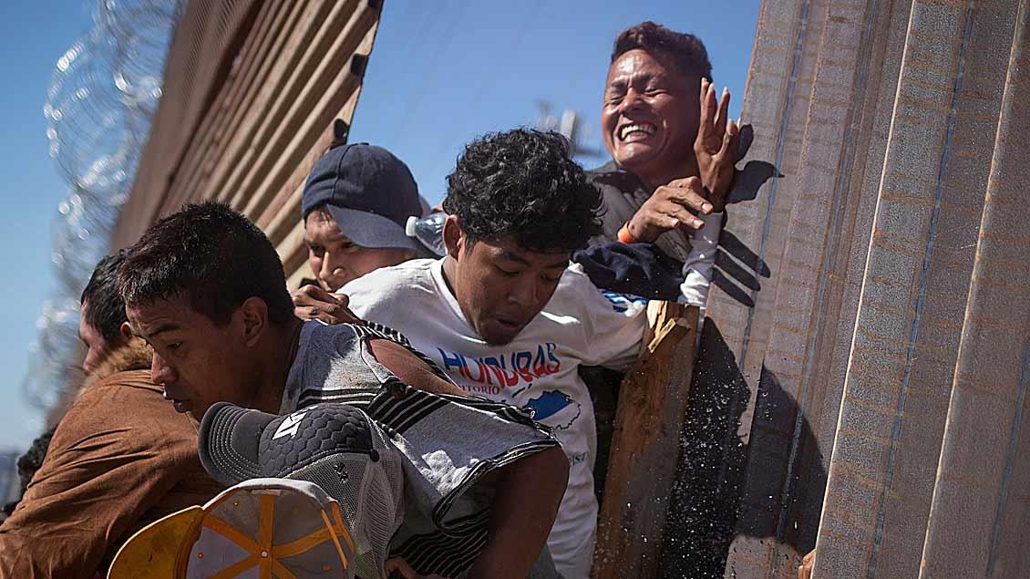 Flüchtlinge werden von Tränengas getroffen, nachdem sie versucht haben, illegal die Grenze zur USA in Tijuana, Mexiko, zu durchbrechen.