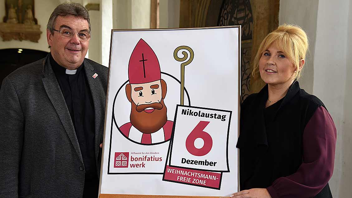 Monsignore Georg Austen und Maite Kelly stellten das neue Nikolaus-Logo vor.