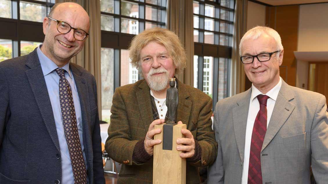 Beim Abschied (von links): Martin Feltes, Pädagogischer Direktor der Akademie Stapelfeld, Heinrich Dickerhoff und Franz Bölsker.