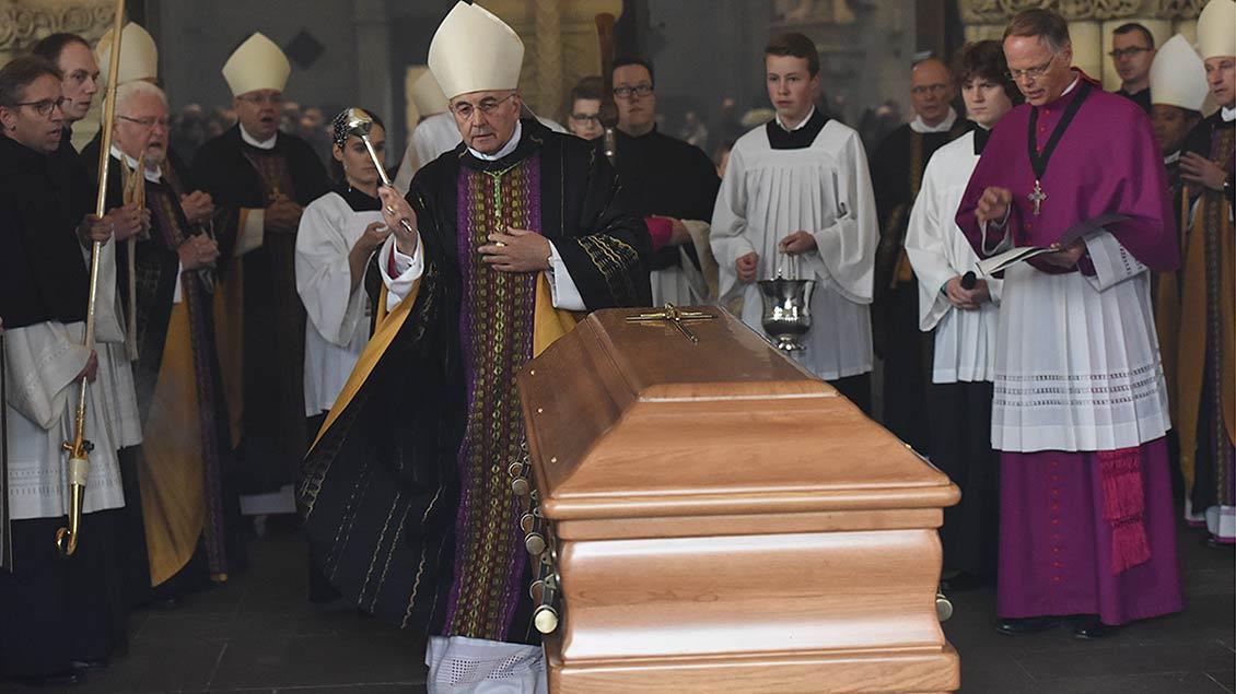 Bischof Felix Genn segnet den Sarg des verstorbenen Weihbischofs Friedrich Ostermann. | Foto: Michael Bönte