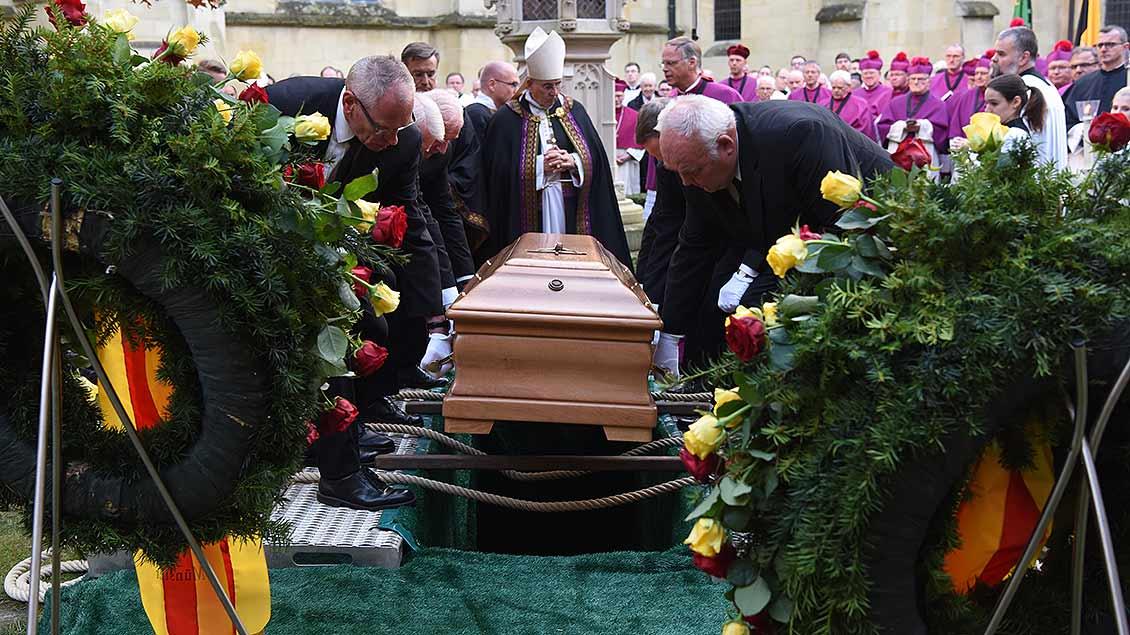 Beisetzung von Weihbischof Friedrich Ostermann auf dem Domherrenfriedhof am Paulusdom in Münster. | Foto: Michael Bönte