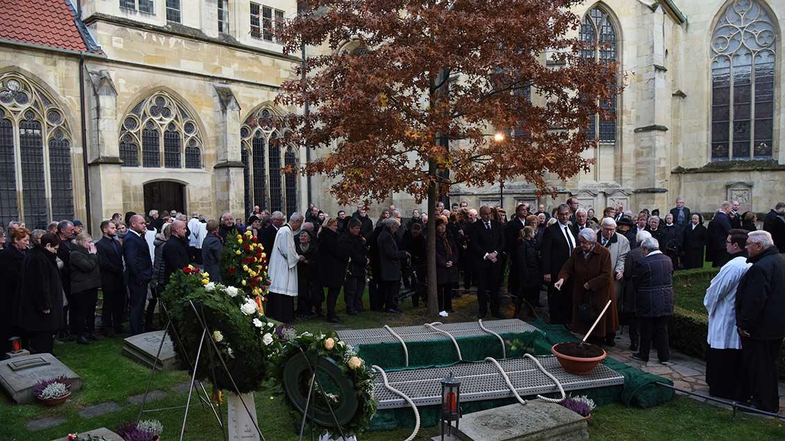 Abschied am Grab des verstorbenen Weihbischofs Friedrich Ostermann. | Foto: Michael Bönte