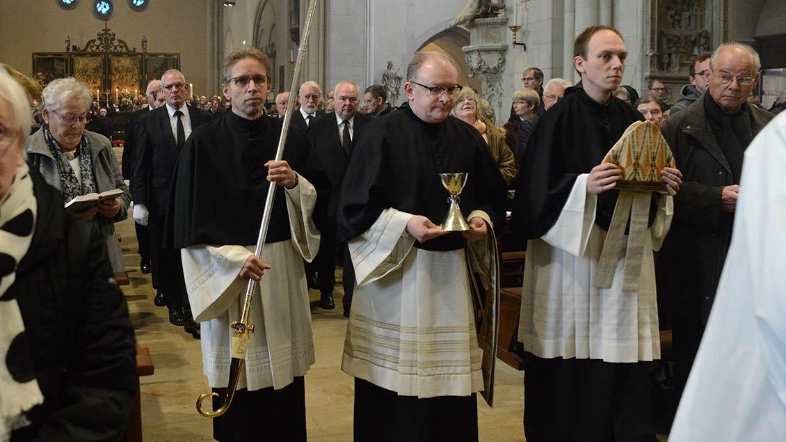 Einzug in den Dom: Bischofsstab, Kelch und Mitra von Friedrich Ostermann werden dem Sarg vorangetragen. | Foto: Michael Bönte