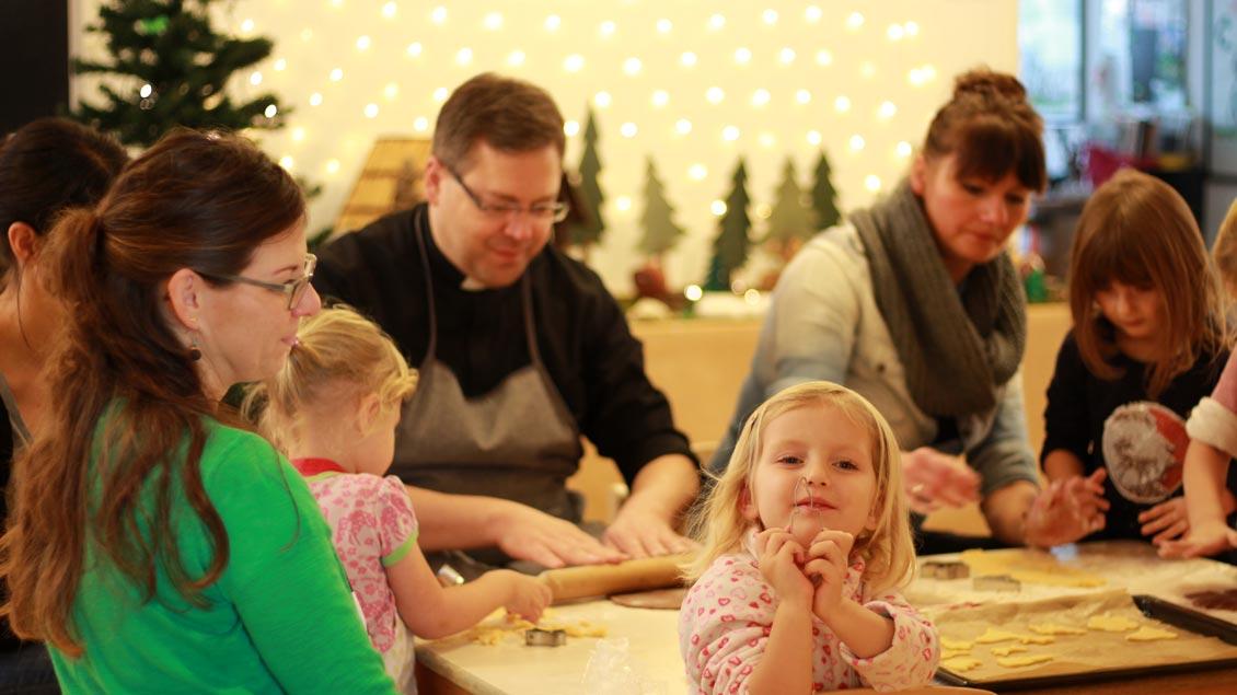 Mit Pastor Ende in der Weihnachtsbäckerei.