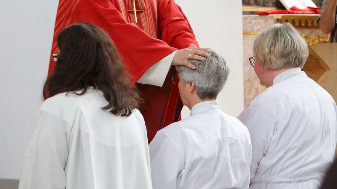 Weihe von drei Frauen zu alt-katholischen Diakoninnen.